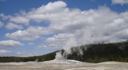 "<div><font size=""1"">Z Old Faithful stoupá pára.</font></div>
