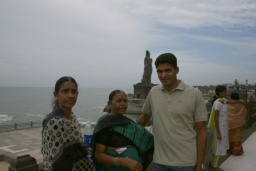 <div>Teta, maminka a Sandeep, v pozadí monument básníka Thiruvalluvara.</div>