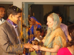 <div>Míša navléká prsten Sandeepovi.</div>