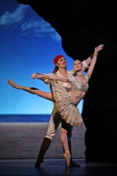 Lukas Slavicky and Lisa-Maree Cullum in Le Corsaire.jpg