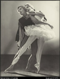 Tamara Toumanova and Serge Lifar in Swan lake, 1940.jpg