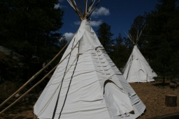 "<p class=""MsoNormal"" style=""MARGIN: 0in 0in 0pt""><font size=""1"">Típí kmene Lakotů.<br />_________<br />Teepees of the Lakota tribe.<o:p></o:p></font></p>"