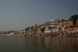 <div>Barevné domy na břehu Gangy.</div>