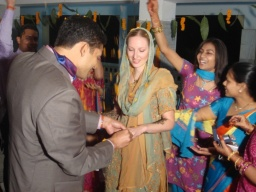 <div>Sandeep navléká prsten Míše.</div>